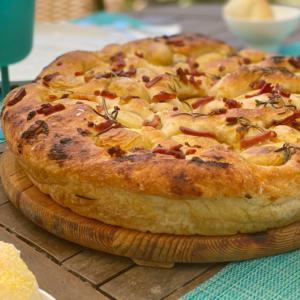 Foto di focaccia con patate, aglio cotto e pancetta